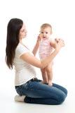Jeune femme regardant sa fille de bébé Mère jouant avec l'enfant Photos libres de droits