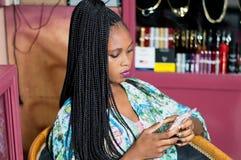 Jeune femme regardant ses courrier images stock