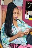 Jeune femme regardant ses courrier photo stock
