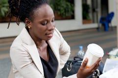Jeune femme regardant son bol de café Photos libres de droits