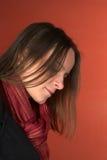 Jeune femme regardant vers le bas Image stock