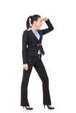 Jeune femme regardant vers le contrat à terme Photographie stock