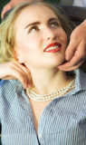 Jeune femme regardant vers le haut avec l'expression affectueuse son partne mâle Images libres de droits