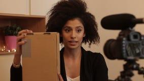 Jeune femme rendant l'examen de produit testemonial banque de vidéos