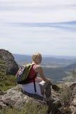 Jeune femme reposant le rouge foncé de Mt Photos stock