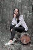 Jeune femme reposant sur un identifiez-vous les bois photos libres de droits