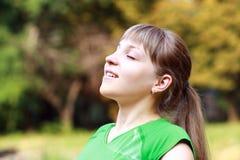 Jeune femme respirant Photographie stock libre de droits