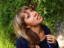 Jeune femme restant dans des buissons image libre de droits