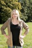 Jeune femme restant sur un pré photos libres de droits