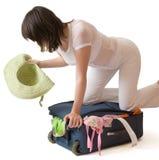 Jeune femme restant sur une valise d'isolement au-dessus de W Images libres de droits