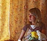Jeune femme retenant des fleurs images stock