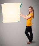 Jeune femme retenant l'espace blanc de copie sur papier d'origami Image stock