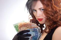 Jeune femme retenant l'euro argent Images libres de droits