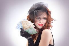 Jeune femme retenant l'euro argent Image stock