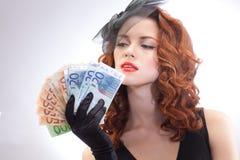 Jeune femme retenant l'euro argent Photos stock