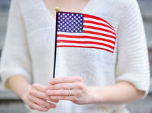Jeune femme retenant l'indicateur américain Photos libres de droits