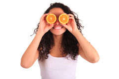 Jeune femme retenant l'orange. D'isolement au-dessus du blanc. D'isolement au-dessus de W Photographie stock libre de droits