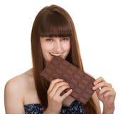 Jeune femme retenant le grand bar de chocolat Images stock