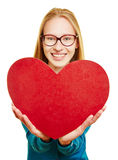 Jeune femme retenant le grand coeur rouge Image stock