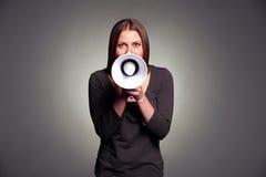 Jeune femme retenant le haut-parleur Photographie stock libre de droits