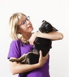 Jeune femme retenant le petit crabot Image stock