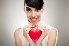 Jeune femme retenant un coeur Photos libres de droits