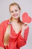 Jeune femme retenant un coeur Image stock