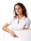 Jeune femme retenant un panneau blanc image libre de droits