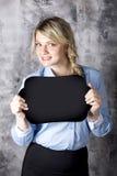 Jeune femme retenant un signe Photographie stock libre de droits
