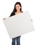 Jeune femme retenant un signe blanc blanc Photo stock