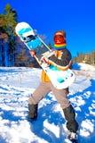 Jeune femme retenant un snowboard Photographie stock