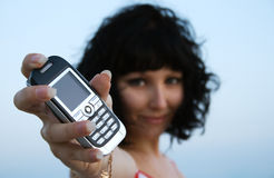 Jeune femme retenant un téléphone portable Photographie stock