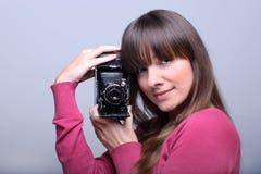 Jeune femme retenant une came de photo de cru Photo libre de droits