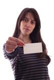 Jeune femme retenant une carte de visite professionnelle de visite vide Photo stock