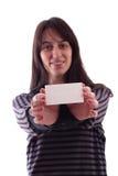 Jeune femme retenant une carte de visite professionnelle de visite vide Photographie stock