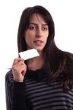 Jeune femme retenant une carte de visite professionnelle de visite vide Images stock