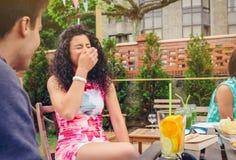 Jeune femme riant avec l'ami dans un jour d'été Photographie stock