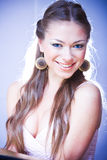 Jeune femme riant avec le longs cheveu et oreille Images stock