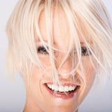 Jeune femme riante avec les cheveux blonds géniaux photographie stock libre de droits