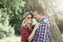 Jeune femme riante cluddling avec son ami heureux Photographie stock libre de droits