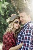 Jeune femme riante cluddling avec son ami heureux Photographie stock