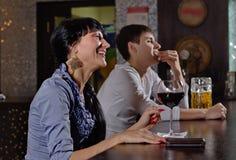 Jeune femme riante dans un bar ou une boîte de nuit Image stock
