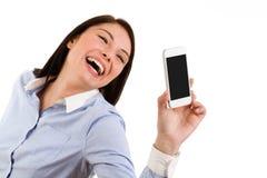 Jeune femme riante de brune prenant un autoportrait avec son pH photographie stock