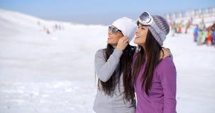 Jeune femme riante des vacances d'hiver Images stock