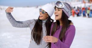 Jeune femme riante des vacances d'hiver Image stock
