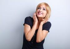 Jeune femme riante heureuse avec la coiffure blonde recherchant sur b Image libre de droits