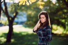 Jeune femme romantique dans la longue robe bleue à carreaux au-dessus du portrait d'automne de fond Jolie fille posant en parc av photographie stock