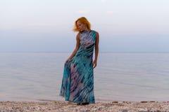 Jeune femme rouge sur une plage photos libres de droits