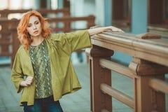 Jeune femme rousse à l'extérieur Image libre de droits
