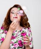 Jeune femme rousse élégante avec les cheveux bouclés et les jolies bulles de pose et de coup de visage exprime différentes émotio Image stock